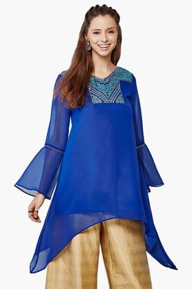 GLOBAL DESI Womens V Neck Embroidered Trumpet Sleeves Tunic