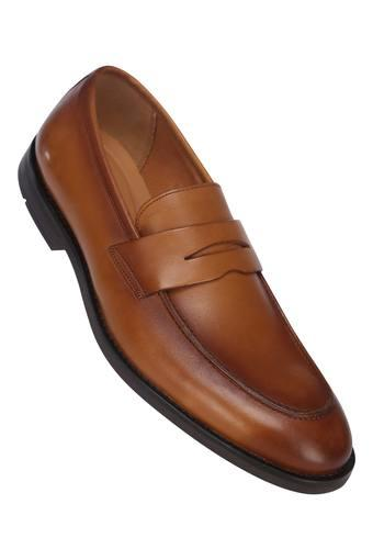 taza Perímetro pellizco  Buy CLARKS Mens Leather Loafers | Shoppers Stop