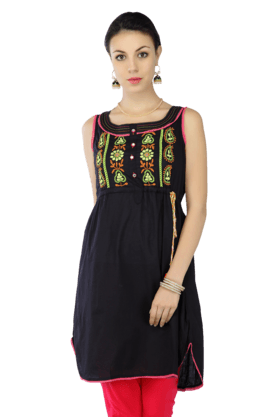 HAUTE CURRY Women Cotton Sleeveless Embroidered Kurta